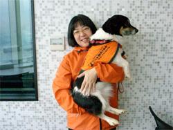 「社会福祉法人 日本聴導犬協会」の有馬さんと、聴導犬のしろ君